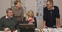 Ægteparret Jörg og Marion Schwandt fra Berlin gennemgår de mange smykker med sølveksperten Sabrina Vinther og museumsinspektør i Den Gamle By Jens Ingvordsen. Foto: Den gamle By.