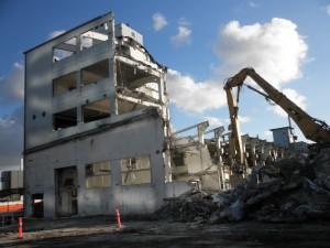Nedrivningen af nabobygninger har medført støv i hele jobcentret i Værkmestergade, der bliver hovedrengjort i weekenden.