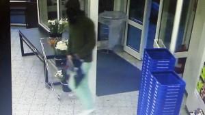 Et billede af røveren, da han gik ind i butikken, fra Aldis overvågningskamera.