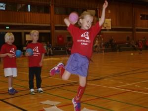 Børnene går op i det med liv og sjæl, når de er til træning lørdag formiddag. Foto: Lystrup IF's håndboldafdeling.