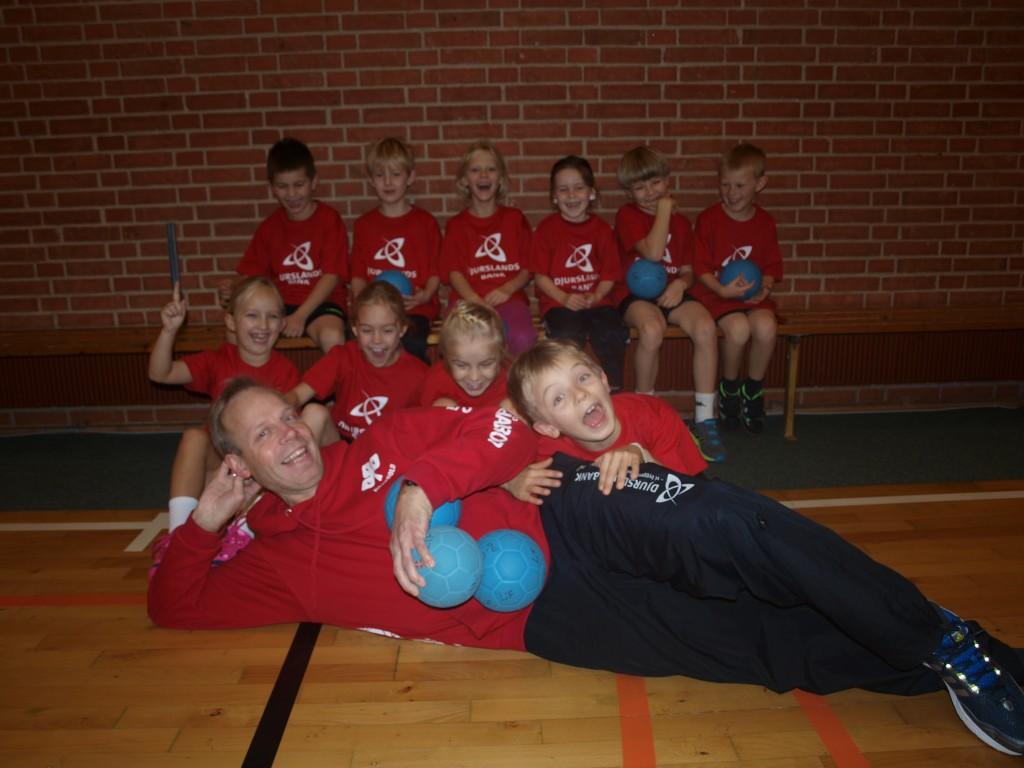 Der er allerede taget et holdbillede af børnene med de nye klubtrøjer. Foto: Lystrup IF's håndboldafdeling.