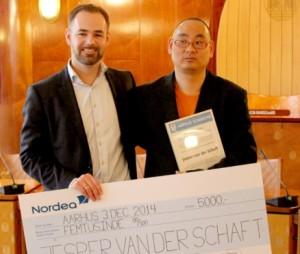 Borgmester Jacob Bundsgaard (S) og Jesper van der Schaft ved overrækkelsen af prisen i byrådssalen. Foto: Aarhus Kommune.