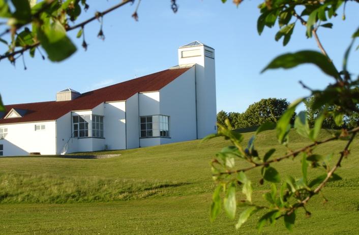 Der bliver konfirmation i Lystrup Kirke søndag den 17. april, fredag den 22. april og søndag den 24. april i 2016. Foto: Lystrup Kirke.
