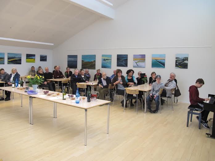 Der var kommet en del mennesker til ferniseringen af den nye udstilling i Lystrup Kirke. Foto: Han Boas.