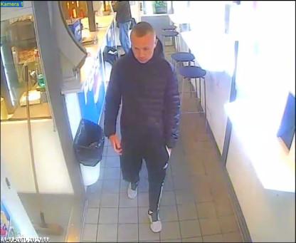 Gerningsmanden fanget af et overvågningskamera lige inden røveriet den 26. maj. Foto: Østjyllands Politi