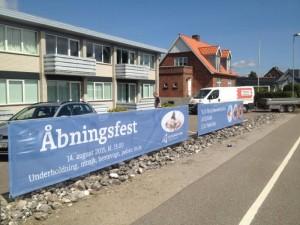 Djurslands Bank har sat bannere op ved Grenåvej 719 for at markere hvor banken flytter ind den 14. august. Foto: Djurslands Bank.