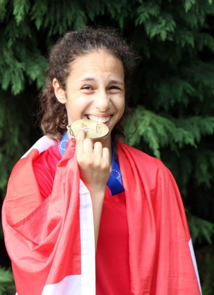 Amina Khouani er glad for sin bronzemedalje. Foto: Risskov TAekwondoklub.