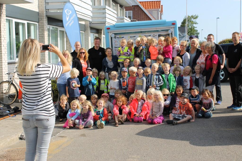 Der var gratis is til børnene og fællesfotografering, da områdets børnehavebørn  fredag formiddag besøgte den nye bankfilial i Skødstrup.