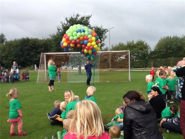 Der bliver også sendt balloner til vejrs tirsdag fra sportspladsen ved Skæring Skole. Foto: Skæring Dagtilbud.