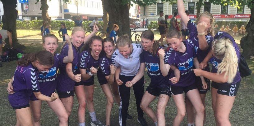 Glade håndboldpiger fra Lystrup lørdag eftermiddag i Wadum. Foto: Lystrup IF Håndbold.