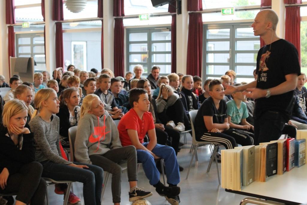 Kenneth Bøgh Andersen fortæller elever på Skæring Skole om Antboy og andre af de figurer, som han har skabt i sine bøger. Foto: Skæring Skole.