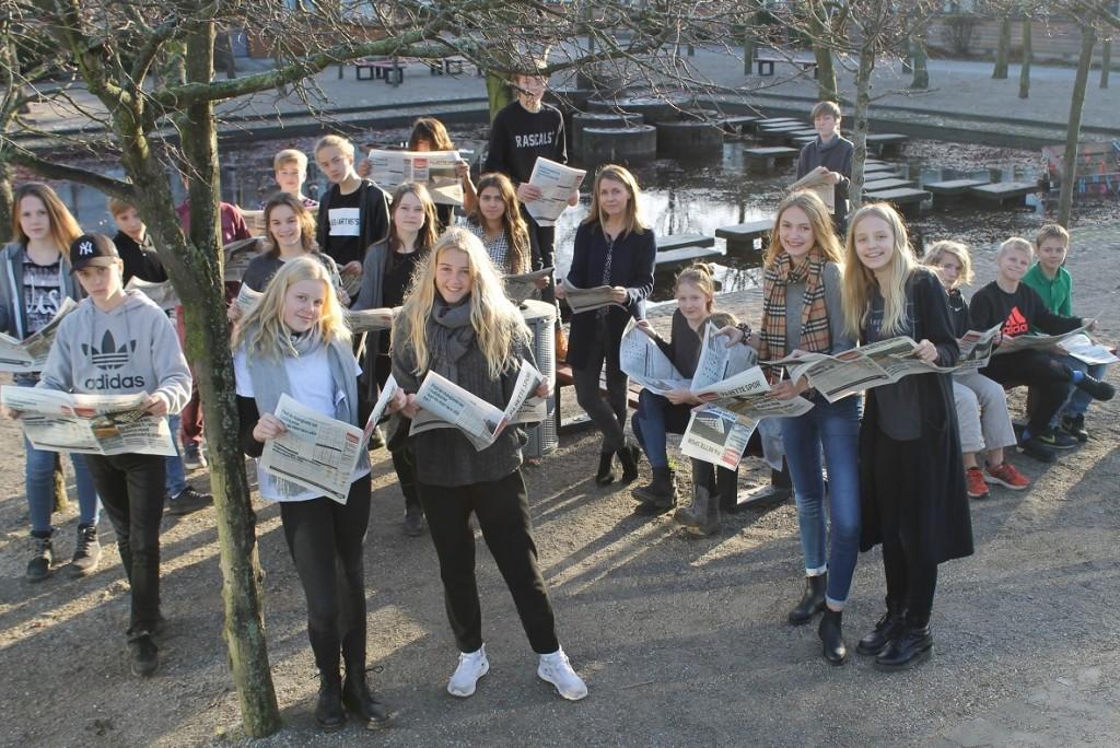 7d på skæring Skole med trykte udgaver af deres vinderaviser. Foto: Skæring Skole.