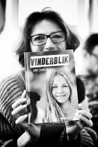 Annie Behnson med sin debutbog. Foto: Jacob Bødskov/fotovitamin.dk