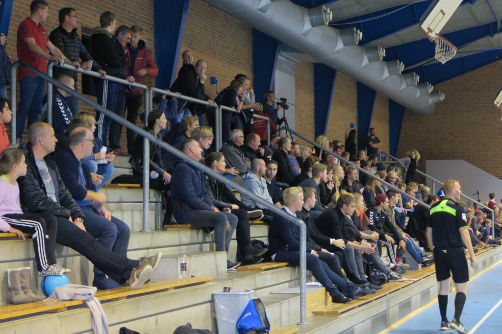 Lystrup Futsal håber på stort fremmøde til sæsonens sidste kamp i den indledende runde i futsalligaen fredag aften kl. 19.30. Billedet er fra en tidligere hjemmekamp. Foto: Lystrup Futsal.