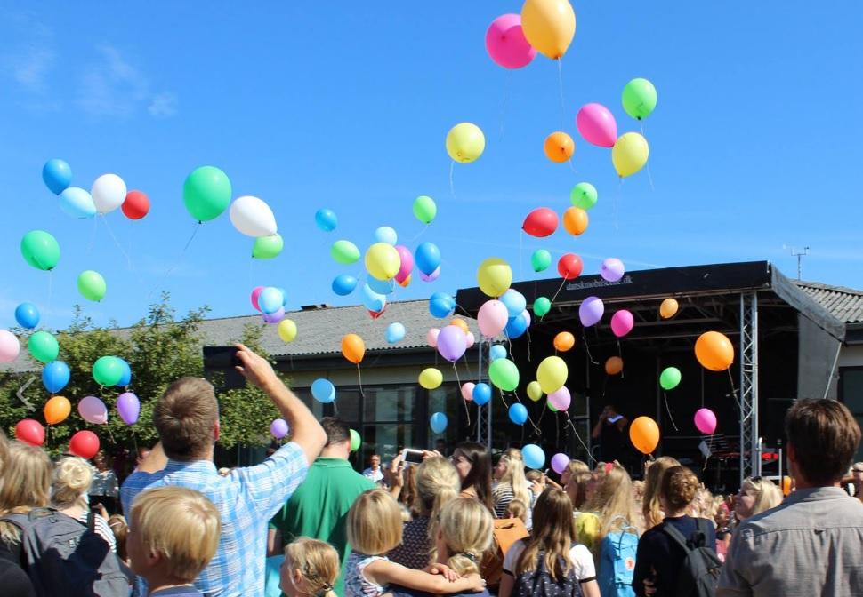 Biologisk nedbrydelige balloner blev sendt til vejrs, da Skæring Skole fejrede sit 40-årige jubilæum. Foto: Skæring Skole.