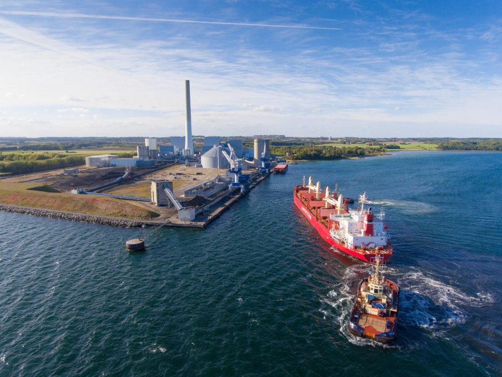 Træpiller bliver sejlet til Studstrupværket. Foto: Aarhus Kommune/Dong Energy.