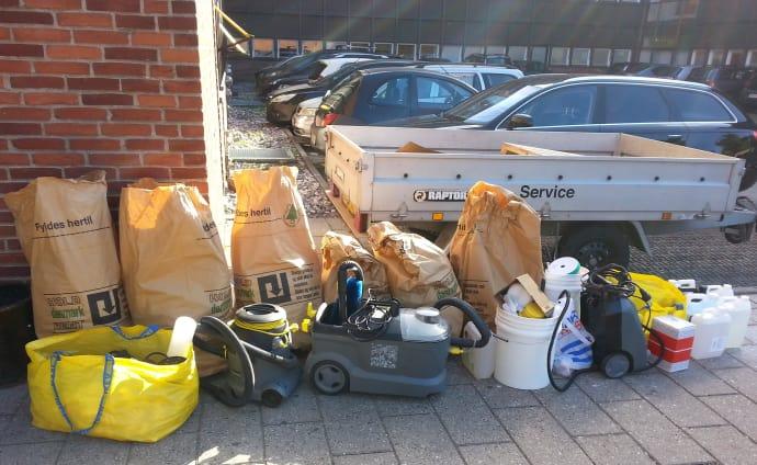 En del af de tyvekoster, som politiet fandt hos den 19-årige i Risskov. Foto: Østjyllands Politi.